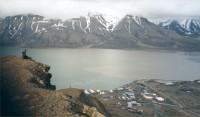 Eira katselee Longyearbyeniin kesällä 2000