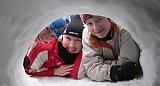 Tytöt kurkkaavat lumikammiin